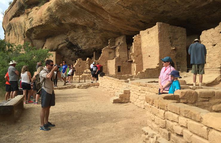 mesa-verde-tourists
